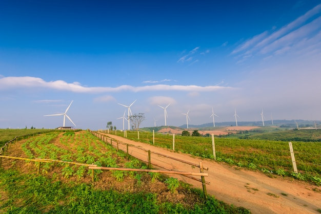 Ветряная турбина для производства электроэнергии в као кхо, petchaboon, таиланд Premium Фотографии