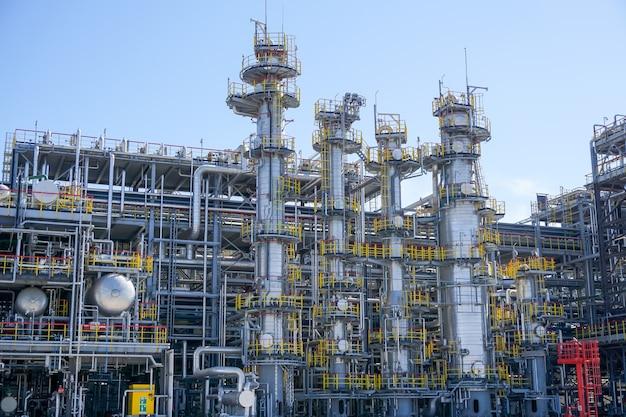 石油化学。石油精製所での炭化水素処理のための設備 Premium写真