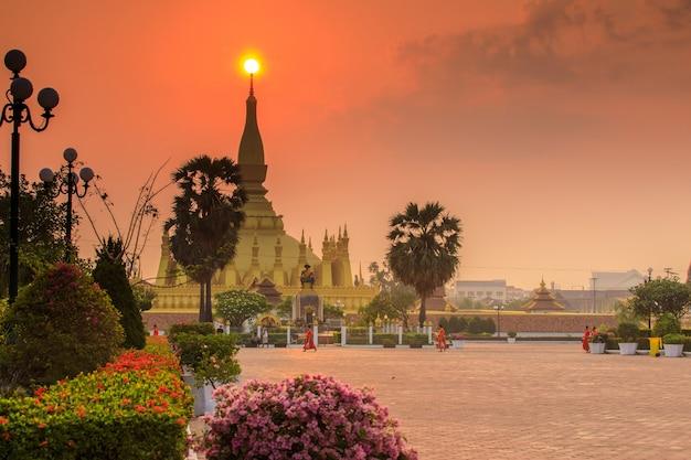 Pha that luang、ラオスのビエンチャンの金仏教寺院のランドマーク。 Premium写真