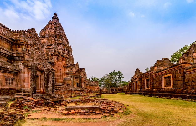 Phanom rung historical park, is an ancient khmer castle that has been regarded as one of the most beautiful in thailand. Premium Photo