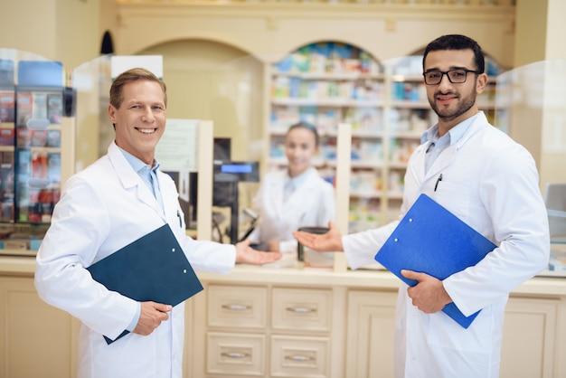 薬剤師は薬局に待機し、フォルダーを保持します。 Premium写真
