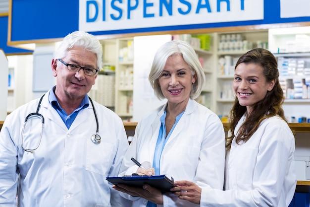 薬剤師が薬局でクリップボードに書き込む Premium写真