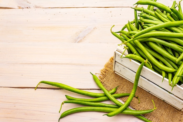 Phaseolus vulgaris, зеленая фасоль или фасоль в деревянной коробке Premium Фотографии