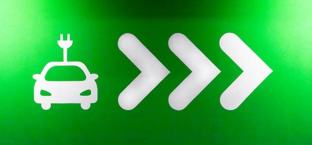Символ знак станции зарядки электромобилей. штекерное зарядное устройство или розетка для автомобилей или транспортных средств phev. концепция зеленого электричества, чистой окружающей среды. Premium Фотографии