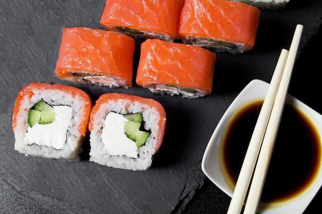 フィラデルフィアロール寿司とサーモンのダーク。上面図 Premium写真