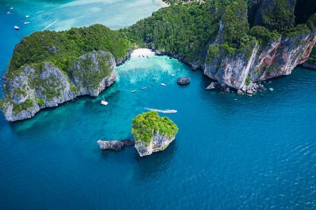 Привет сезон лодке и туристы на острове phiphi краби таиланд с высоты птичьего полета от беспилотный Premium Фотографии