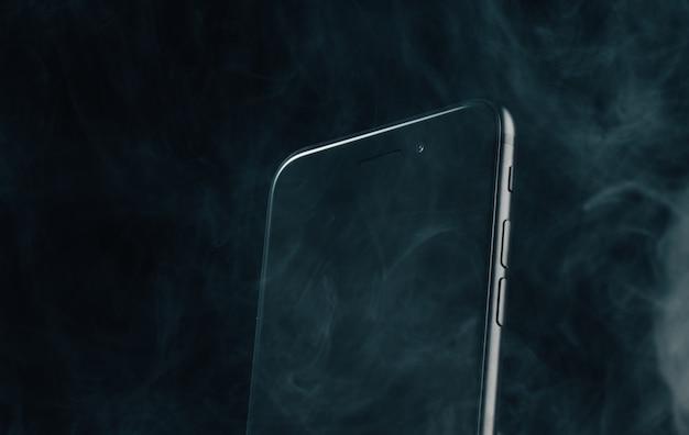 Рекламное фото телефона в студии, влагозащита Premium Фотографии