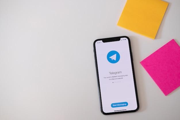 Телефон с социальной сетью Premium Фотографии