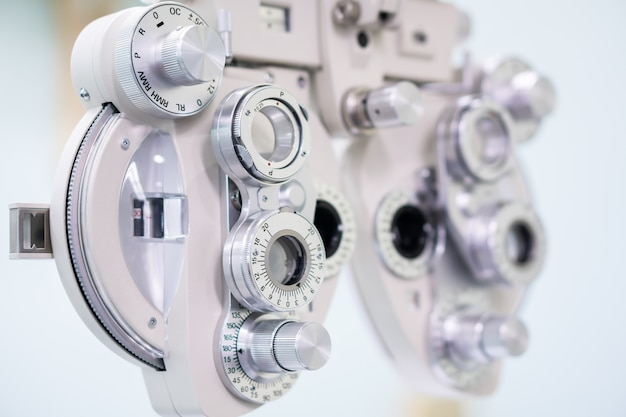 Крупным планом phoropter для окулист делает проверку зрения в больнице Premium Фотографии