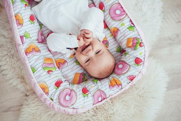 Photo charming newborn baby in a pink cradle Premium Photo