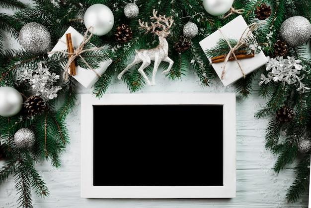 Фоторамка возле рождественских веток Бесплатные Фотографии