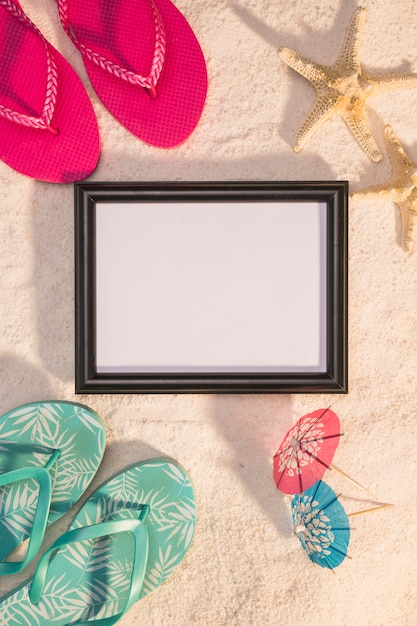 Photo frame with starfishes and flip flops Free Photo