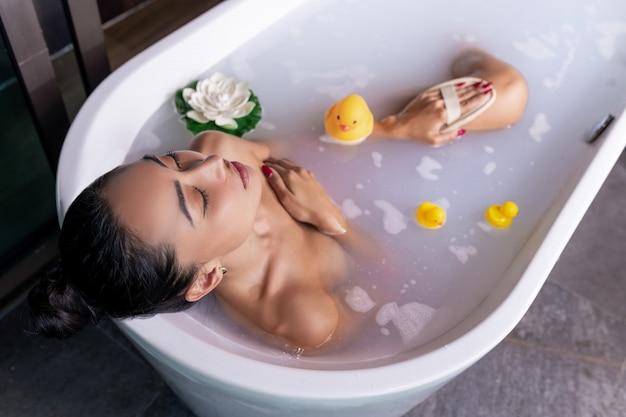 Великолепное мокрое тело девочки в пене