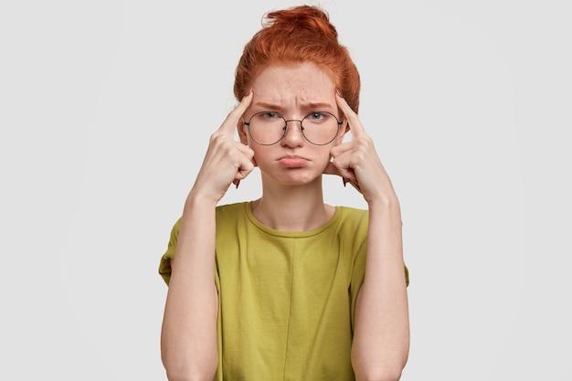 La foto della ragazza dai capelli rossi cupa ha un'espressione triste Foto Gratuite