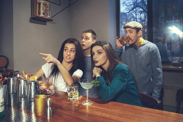 Foto di amici allegri al bar o al pub che comunicano tra loro Foto Gratuite