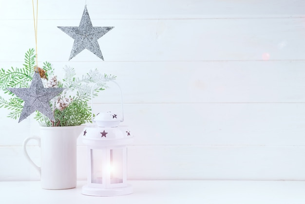 Foto mock up dengan cabang pinus di vas, bintang dan lentera di Foto Premium kayu putih