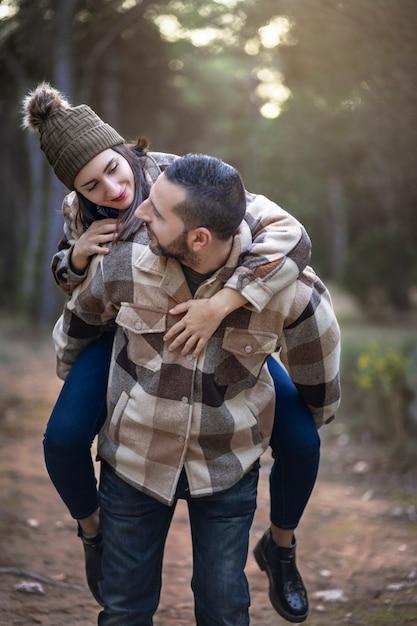 Фотография счастливой пары, наслаждающейся зимним днем на природе Premium Фотографии
