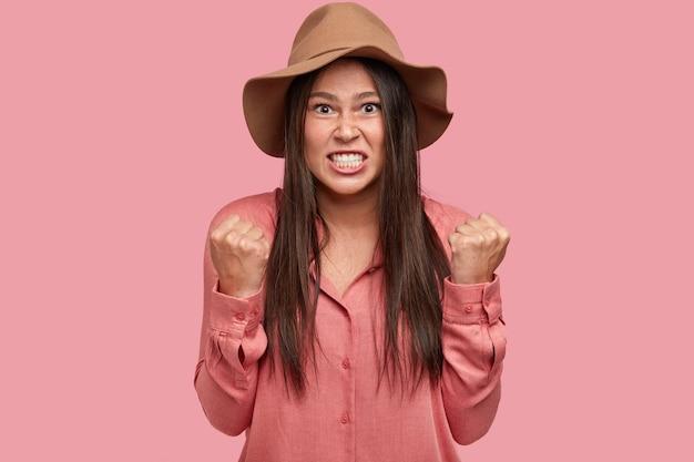 На фото раздраженная недовольная, сварливая подруга сжимает зубы и кулаки, выражает гнев, как ссорится Бесплатные Фотографии