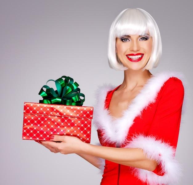 美しい雪の乙女の写真は、クリスマスの新年のギフトボックスを保持します 無料写真