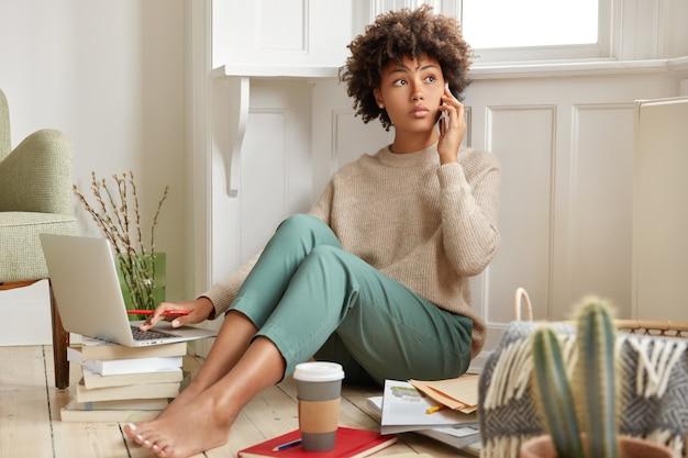 Фотография темнокожей женщины разговаривает по телефону Бесплатные Фотографии