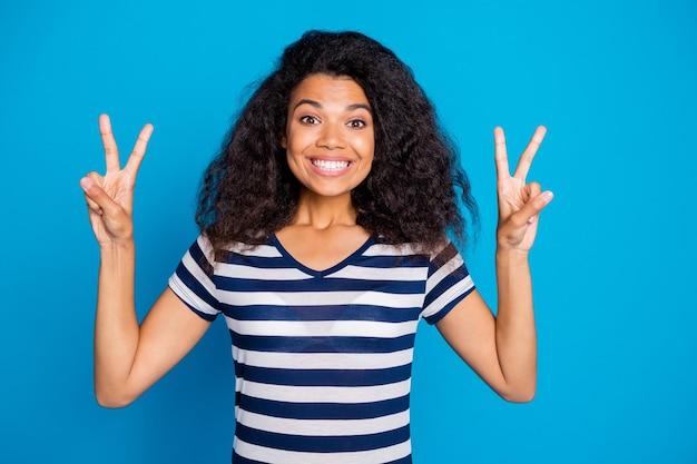 두 배 V 기호를 보여주는 쾌활 한 매력적인 여자의 사진 프리미엄 사진