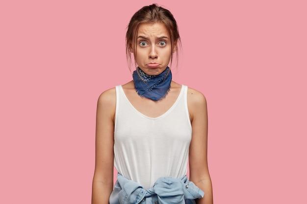 분홍색 벽에 포즈 안경 불만 젊은 여자의 사진 무료 사진