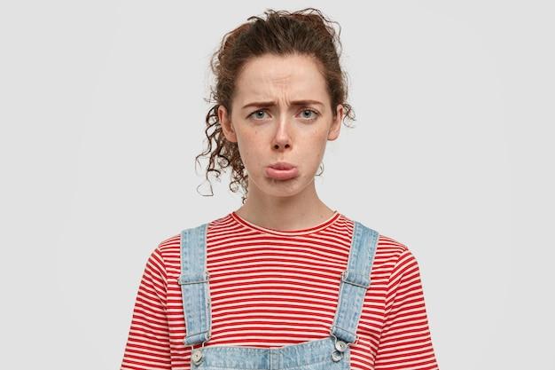 Фото недовольной удрученной женщины сжимает губы, хмурится, испортила день в университете Бесплатные Фотографии