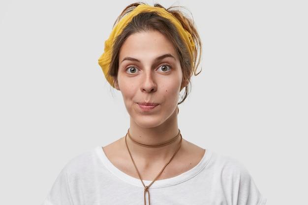 Фотография европейской женщины: привлекательная внешность, губы складные, здоровая нежная кожа, желтая повязка на голову, повседневная футболка. Бесплатные Фотографии