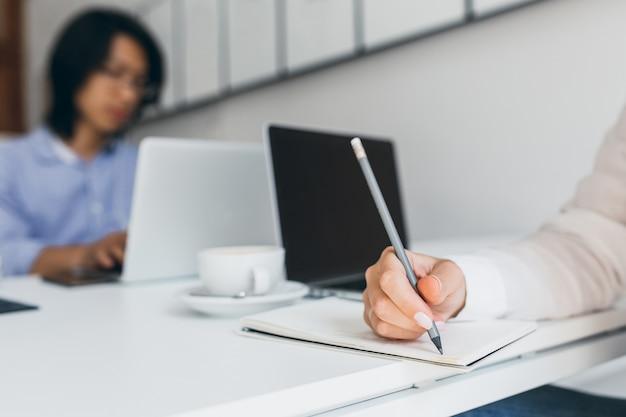 아시아 회사원과 연필을 들고 흰 매니큐어와 여성 손의 사진 무료 사진