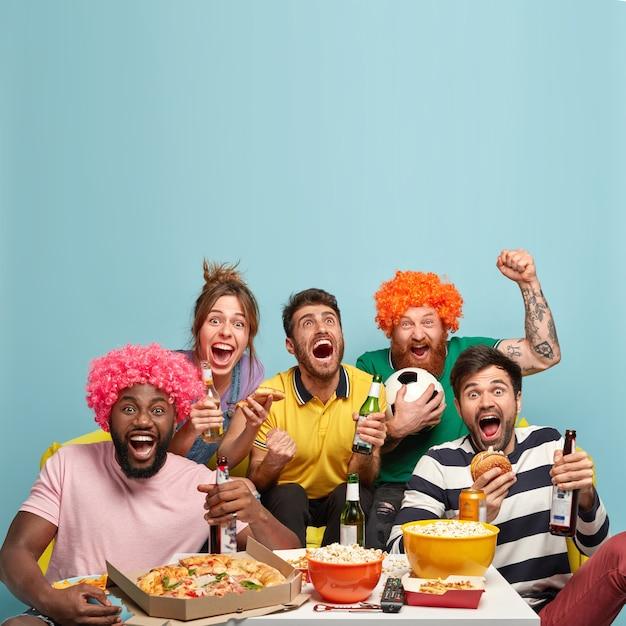 友達の写真は、サッカーの試合を見たり、ゴールを祝ったり、拳を握り締めたり、スポーツ大会を見たり、おいしいおやつを食べたり、冷たいビールを飲んだり、家で暇な時間を過ごしたりします。娯楽と娯楽 無料写真