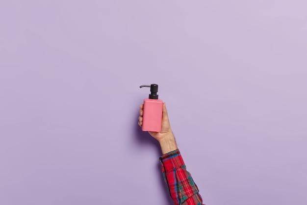 抗菌性液体石鹸のスプレーボトルと男性の手の写真 無料写真