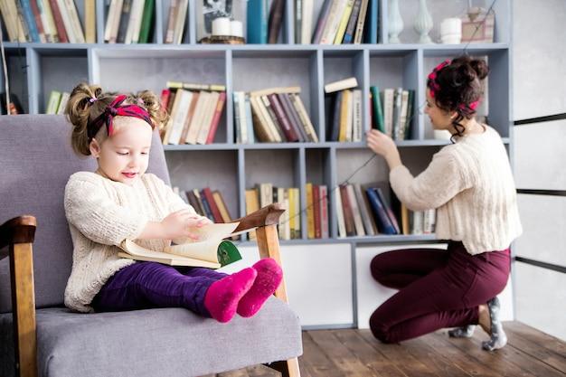 図書館の家の2階で一緒にママと娘の写真 Premium写真