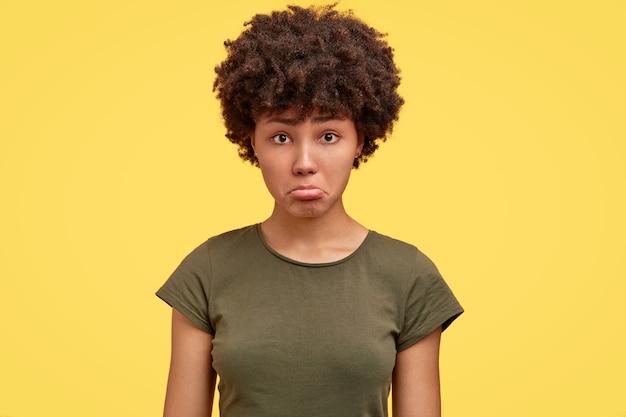 親しい人に侮辱されている気分を害した黒ずんだ女の子の写真 無料写真