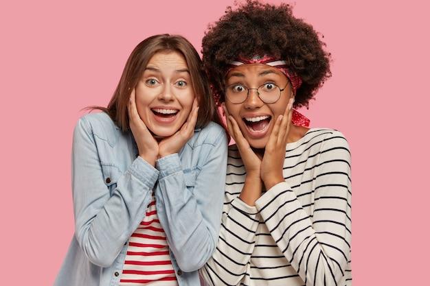 너무 기뻐서 흥분한 두 여성의 사진이 행복으로 외치고 뺨에 손을 대고 무료 사진