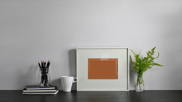 연필 홀더,도 서, 액자, 커피 컵과 화분 편안한 거실 테이블에 함께 퍼 팅 화분의 사진 질서있는 작업 공간 개념입니다. 프리미엄 사진