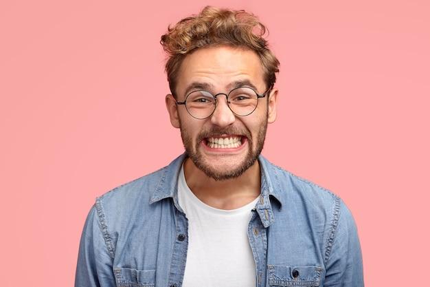 喜んでいる巻き毛の白人男性の写真は嬉しそうに笑う 無料写真