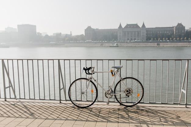 강에 고립 된 스포츠 자전거의 사진 무료 사진