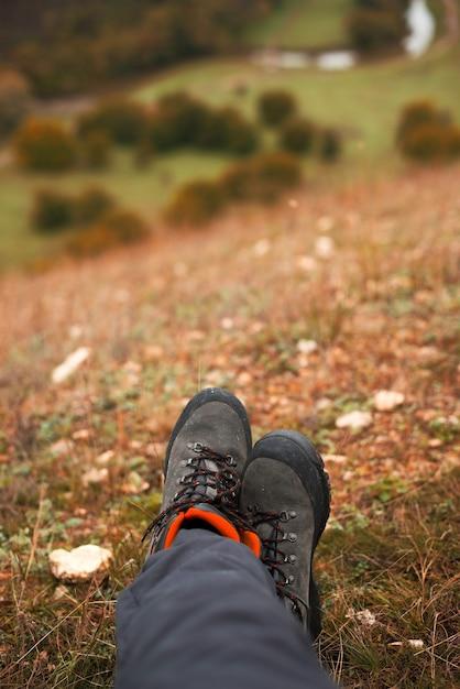 秋の丘の上の女性の足の写真 Premium写真