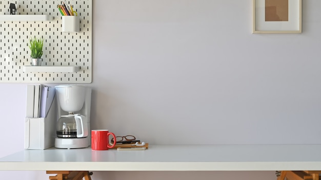 Фото рабочего стола в современном рабочем месте. оборудование на столе. утром концепция рабочего пространства. Premium Фотографии