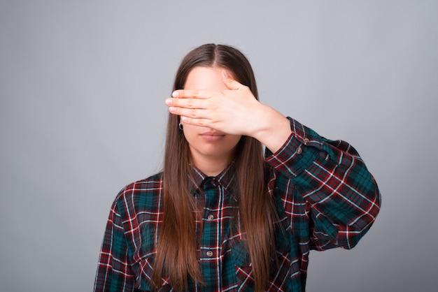 Фото молодой женщины, закрывающей лицо ладонью Premium Фотографии