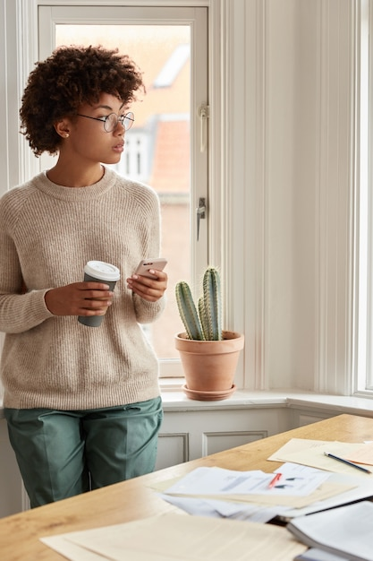 집에서 일하는 젊은 여자의 사진 무료 사진