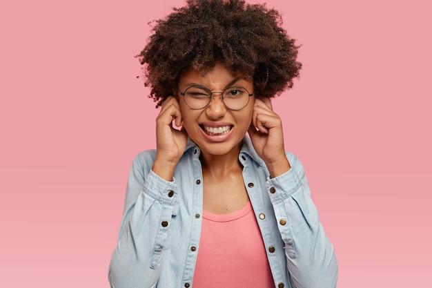 La foto della donna nera dispiaciuta stressante ha un taglio di capelli afro Foto Gratuite