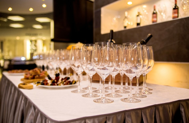 Photo of the table is covered with appetizers and glasses for wine Premium Photo