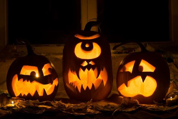 Photo of three pumpkins for halloween. Premium Photo