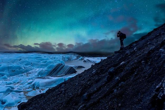 아이슬란드에서 빙하와 오로라의 사진을 찍는 사진 작가 프리미엄 사진