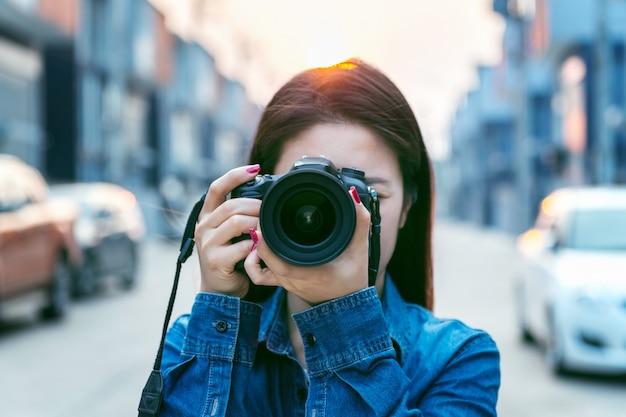 デジタルカメラで写真を撮る写真家。ヴィンテージトーン。 Premium写真