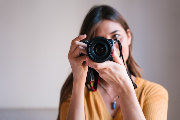 Photographer woman at home using a reflex camera Premium Photo