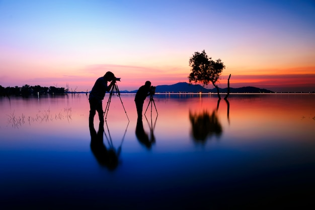 Photographers, silhouette of two photographers and sunset Premium Photo