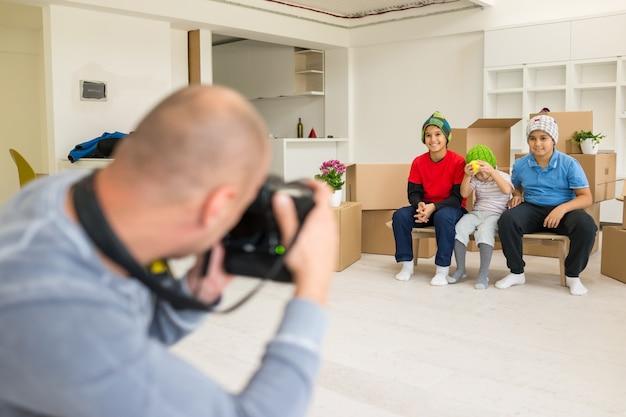 新しい家庭としてスタジオで子供モデルとphotoshooting Premium写真