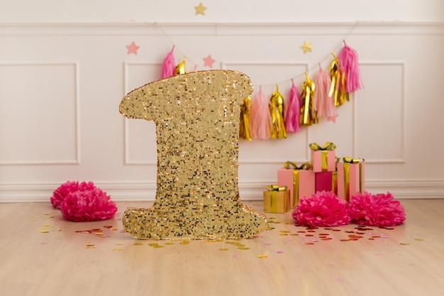 Фотозона с днем рождения, праздничный декор с конфетти Premium Фотографии